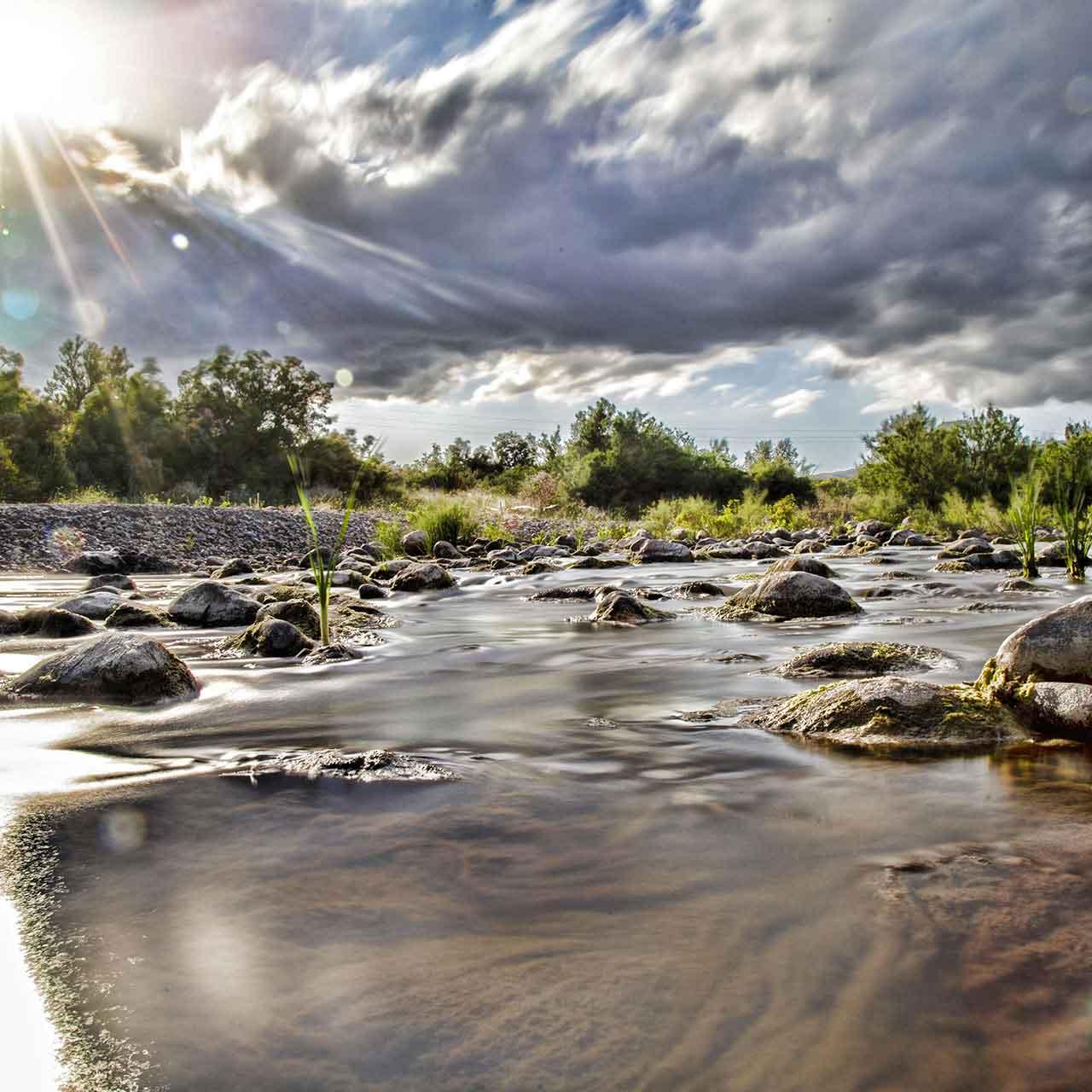 foto del letto del fiume Salso che sfocia nel Lago Pozzillo